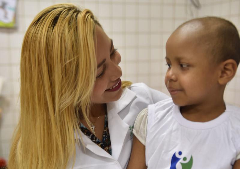 Colaboradora assistindo a um paciênte infantil